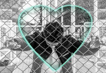 Amour et compassion, jeune homme prisonnier