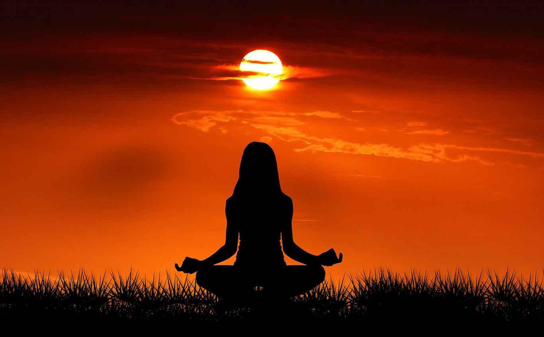 Femme en méditation et conscience bonheur
